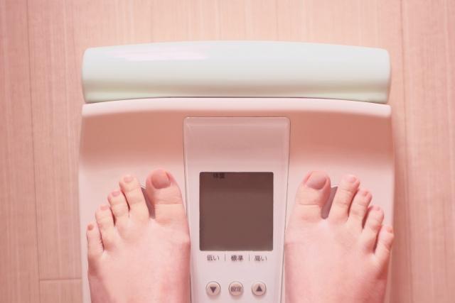 体重計と両足の甲