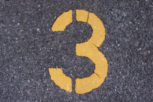 道路に書かれた3の数字