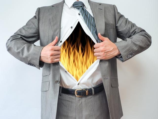 体内が燃えるスーツの男性