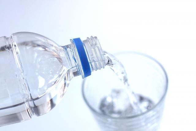 グラスにペットボトルで注がれる水