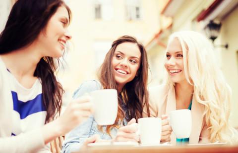 話し合う3人の女性