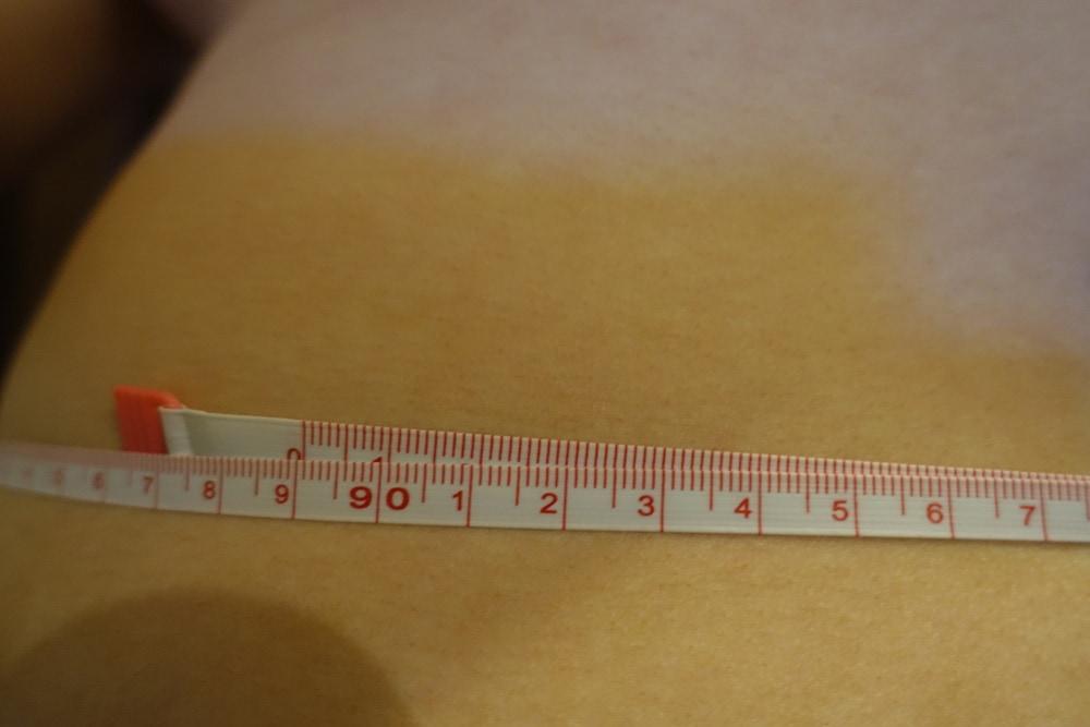 ウエストを測っている画像