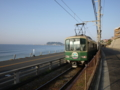 朝の江ノ電と江の島