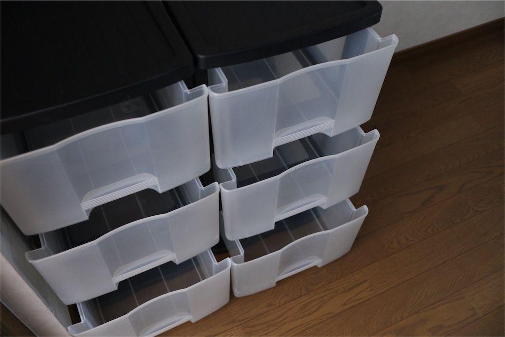 ウォークインクローゼット内、プラスチックケースふたつを並べて使用