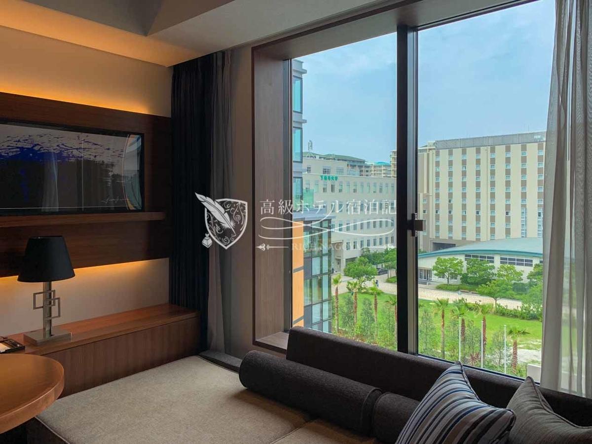 ハイアットプレイス東京ベイ:キング(26㎡)からの眺望:了徳寺大学ビュー(両端はホテルの外壁)