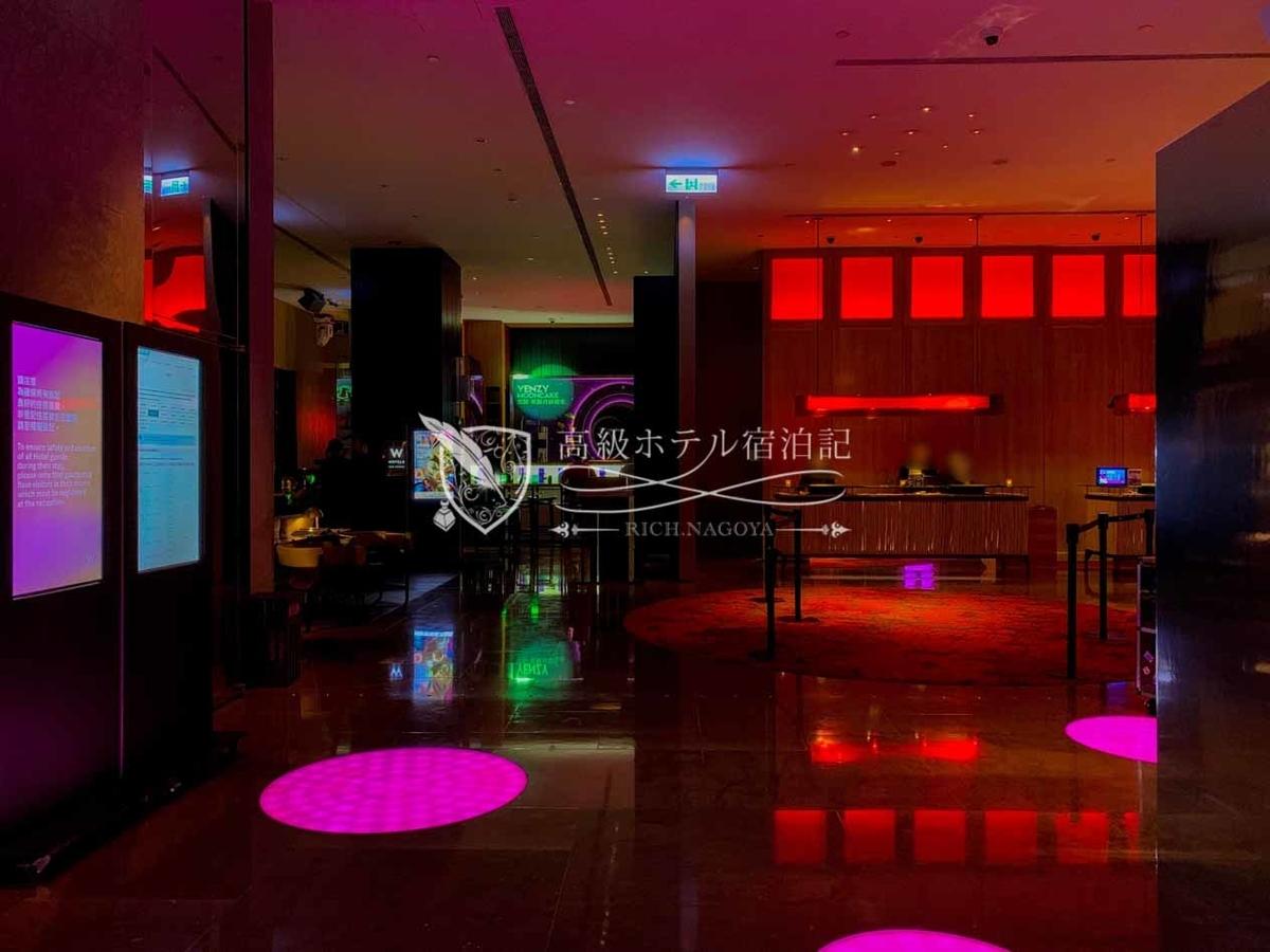 W台北:クラブのようなライトニングが施された10階ロビーフロア。正面のカウンターでチェックイン手続きを行う