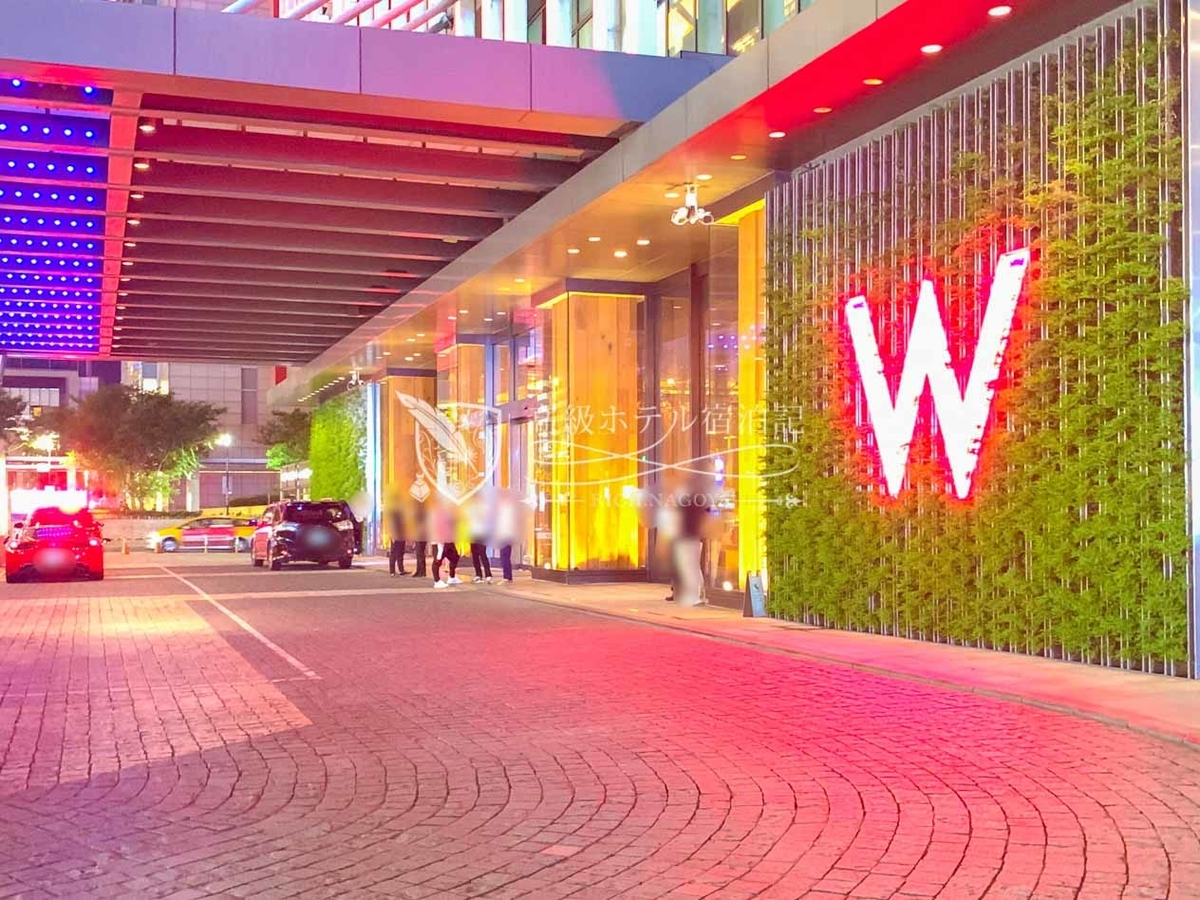 W台北:Wマークが赤く輝き昼間とは異なる表情を魅せる真夜中のエントランス