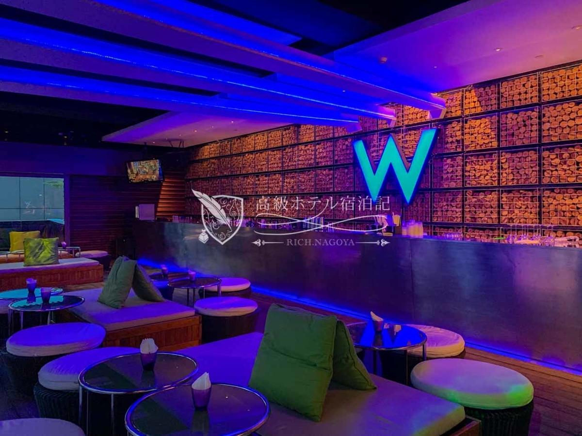 W台北:プールサイドのバースペース「WETBAR」 他所とは対称的なブルーを基調としたデザイン