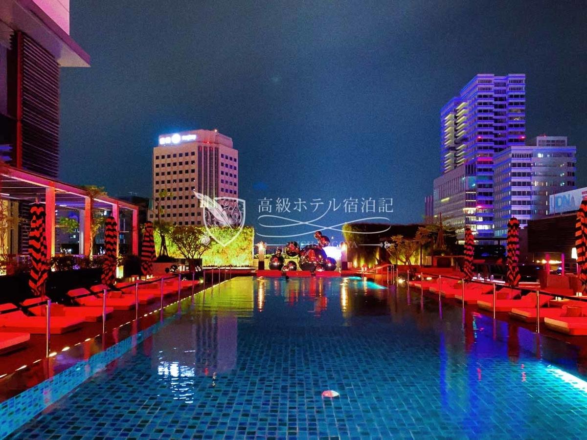 W台北:10階屋外プール。DJ常駐してクラブミュージックで盛り上げる「プールパーティー」を定期開催