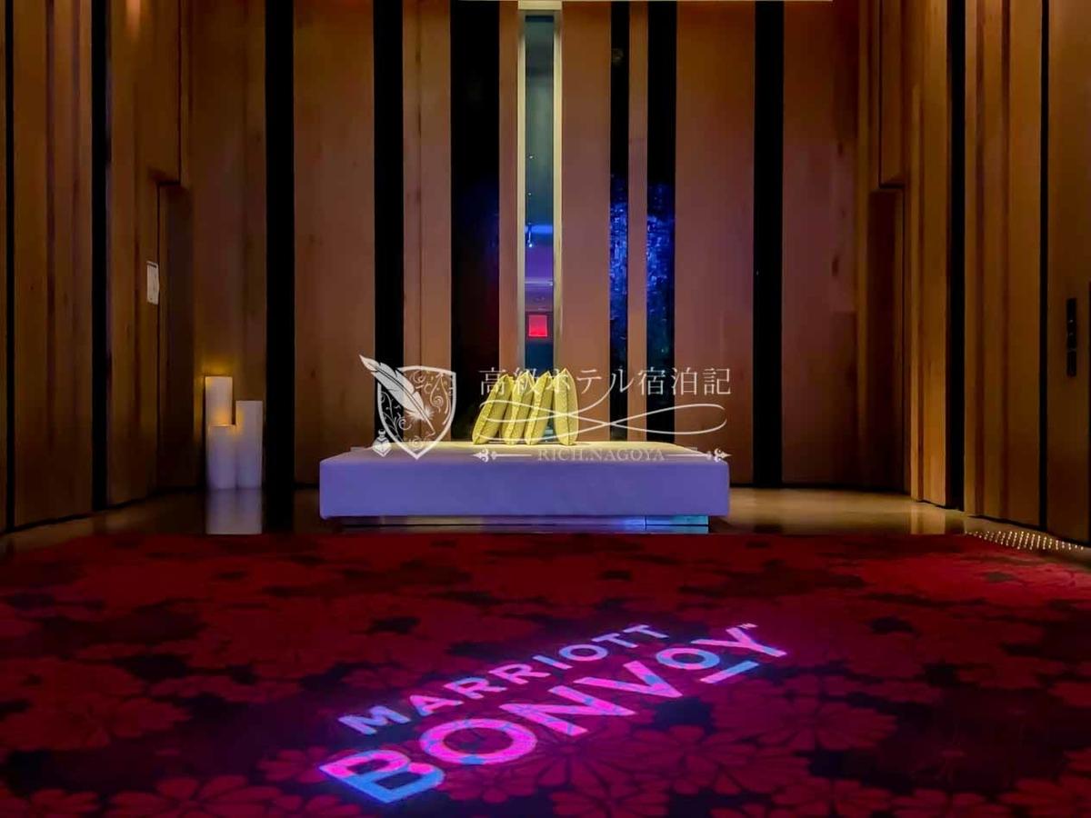 W台北:エレベーターホールに投影されたマリオット・ボンヴォイのロゴマーク