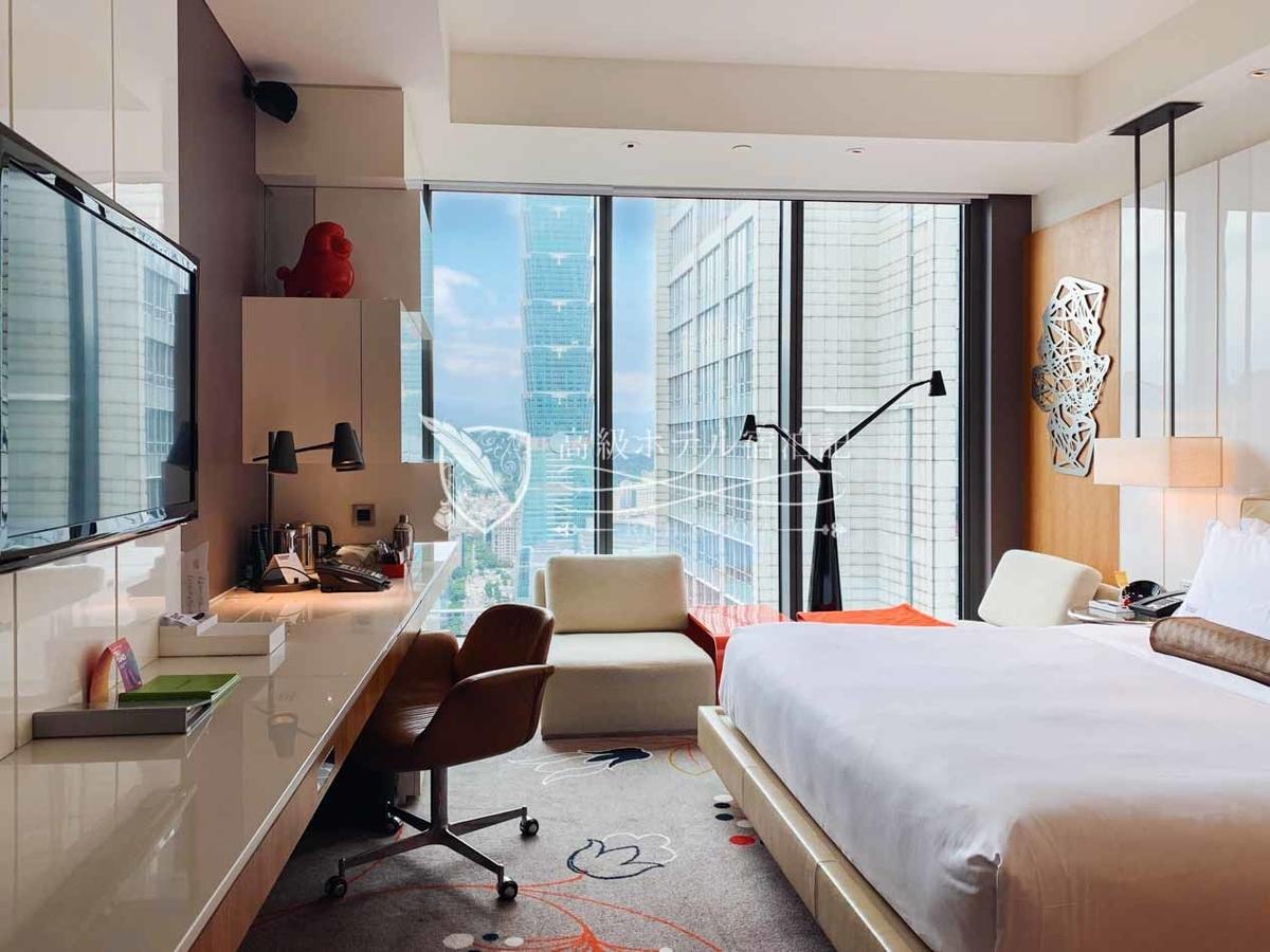 W台北:客室は13階~30階に405室。今回アサインされた客室は高層階の26階。階数によって台北101のアングルも変化する。