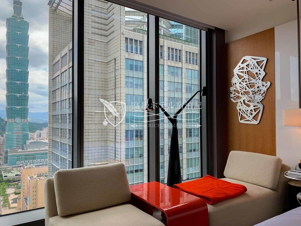 W台北:窓際にある大きめのソファに座りながら思い思いの時を過ごす