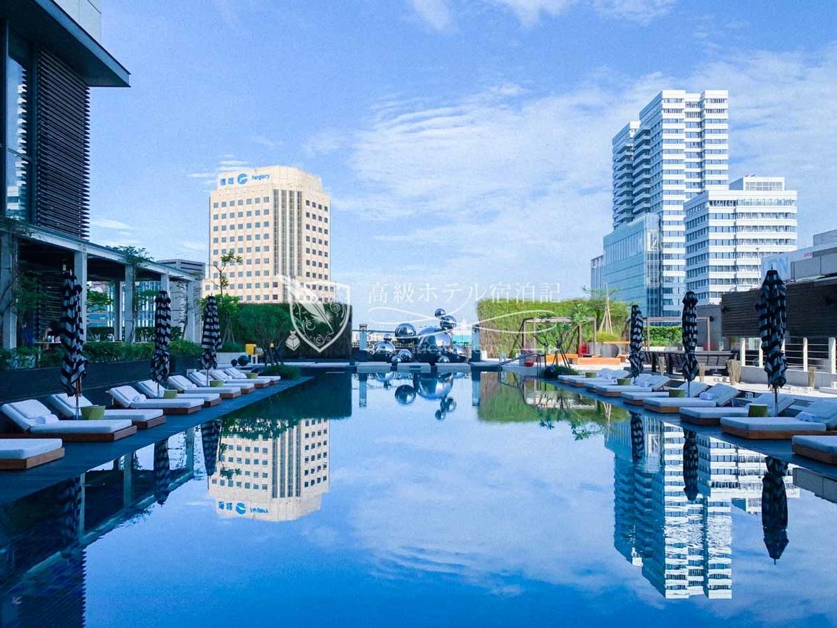 "W台北:昼間の""よくある屋外プール""だが、夜になると突如エッジの効いたWらしい表情を魅せてくれる"
