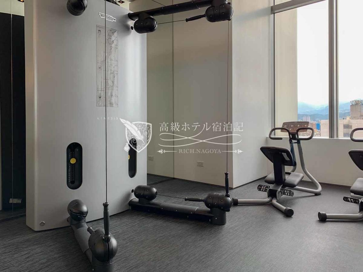 W台北:ケーブルステーションで色々な部位をトレーニングすることができる。