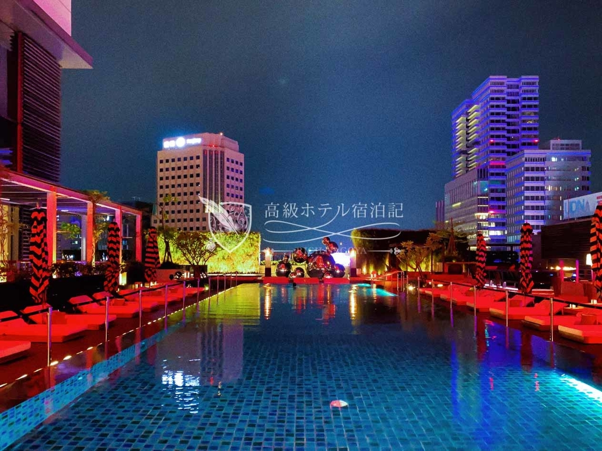 W台北10階屋外プール:夜は赤を基調としたライトニングが施されて昼間と違った雰囲気に。