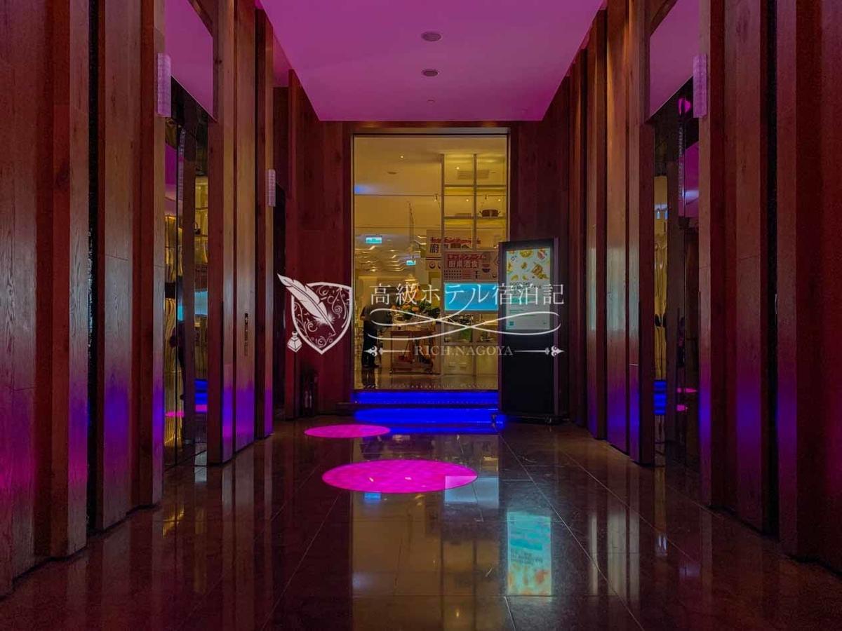 W台北:THE KITCHEN TABLEは10階ロビーフロアのエレベーターすぐ横にある館内唯一のオールデイダイニング