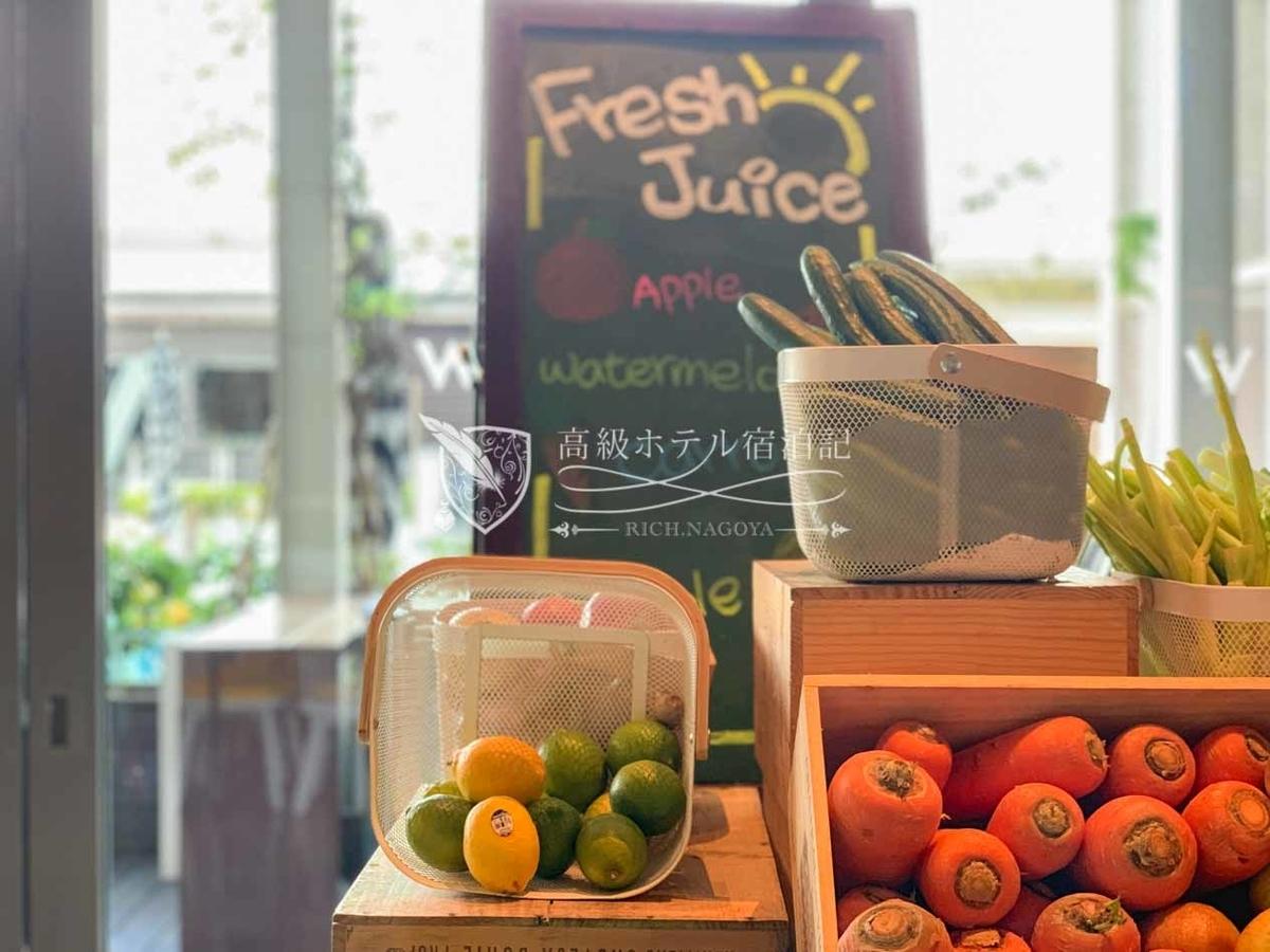 W台北 THE KITCHEN TABLE:フレッシュジュースはその場でスタッフがミキサーで搾りたてを作ってくれる。スイカジュースが美味しかった。