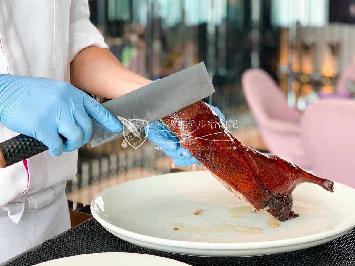 YEN CHINESE RESTAURANT(紫艷中餐廳):北京ダックは目の前でシェフが調理した後スタッフがラッピングと盛り付けをしてくれる。