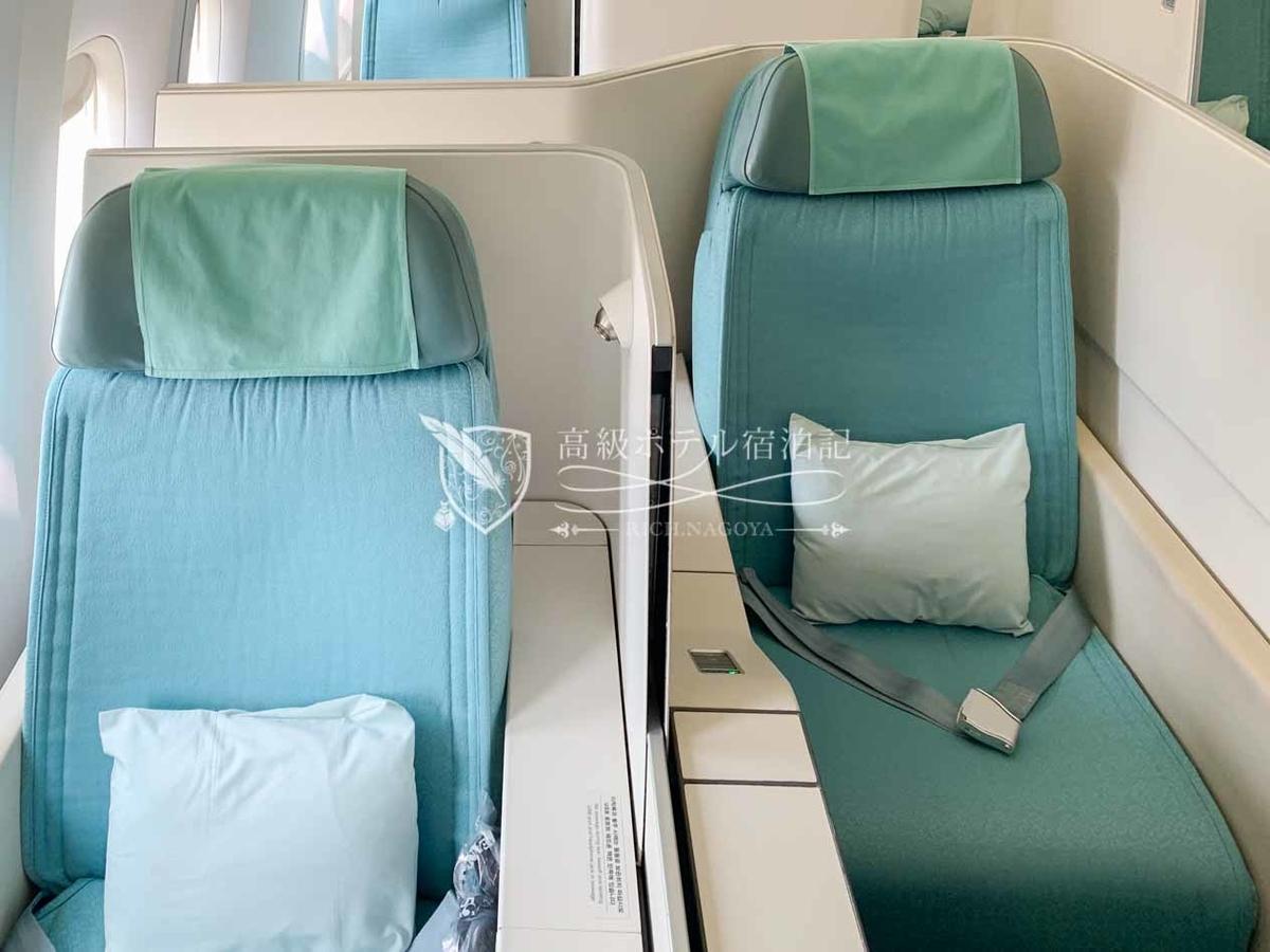 大韓航空B777-300ERビジネスクラス(プレステージクラス)隣りの座席との間にはパーテーションがあり、自由に開閉できるので一定のプライバシーを保つことができる。