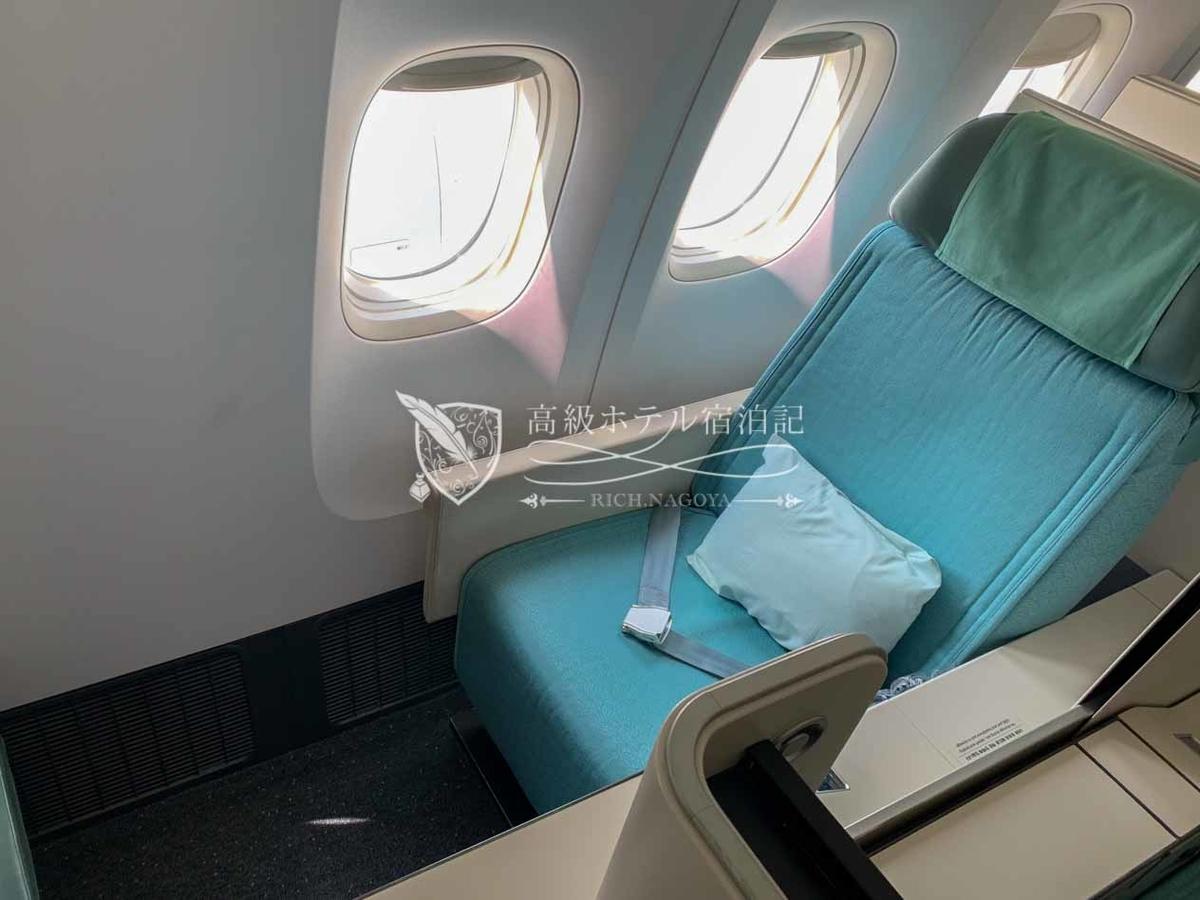 大韓航空B777-300ERビジネスクラス(プレステージクラス)シート横には、離着陸モード、リラックスモード、フルフラットモードの3種類のモードボタンが搭載。さらにシートの前後移動や傾きも細かく調整可能。