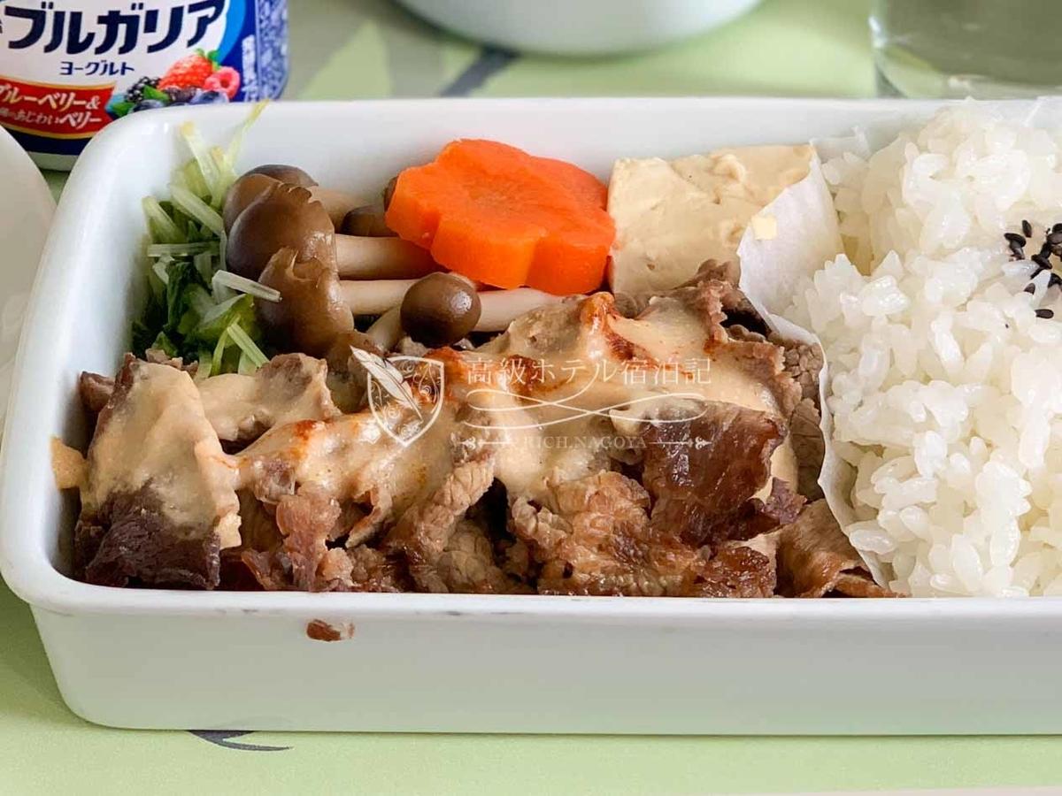 大韓航空 KE752 名古屋→ソウル・仁川ビジネスクラス(プレステージクラス)機内食 カッチカチの牛肉...料理名は「柔らかい牛肉をゴマソースで仕上げました」