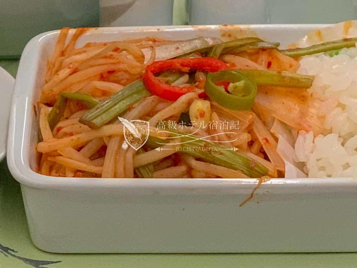 大韓航空 KE751 ソウル・仁川→名古屋ビジネスクラス(プレステージクラス)機内食 メインのもやし炒め(料理名は「シーフードを韓国風にスパイシーに仕上げました」)は水っぽさがなくてパサパサでイマイチ。