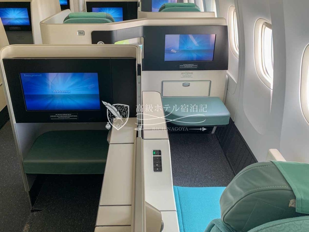大韓航空B777-300ER ビジネスクラス(プレステージクラス)キャビン。座席を互い違いに配置したスタッガード配列を採用し、全座席直接通路に出ることができる。フルフラットシートで快適。