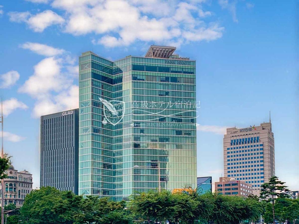 パークハイアットソウル:近未来的な外観のホテルは地上24階地下1階、計185室のラグジュアリーホテル。地下鉄三成駅1番出口から徒歩10秒、大型ショッピングセンター「COEXモール」まで徒歩圏。