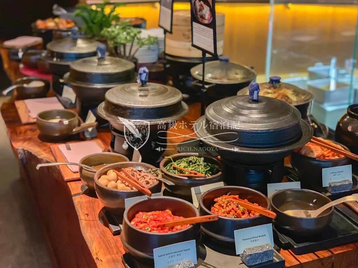 パークハイアットソウル:館内で唯一、朝・昼・夕、すべて営業しているオールデイダイニングの「Cornerstone」。ランチとディナーは、イタリア料理を中心に提供しているが、朝食はシリアル、フルーツなどの定番料理から、ウェスタン料理や韓国料理までバラエティ豊かなラインナップを提供。韓国料理が美味しすぎて気絶しそうになった!