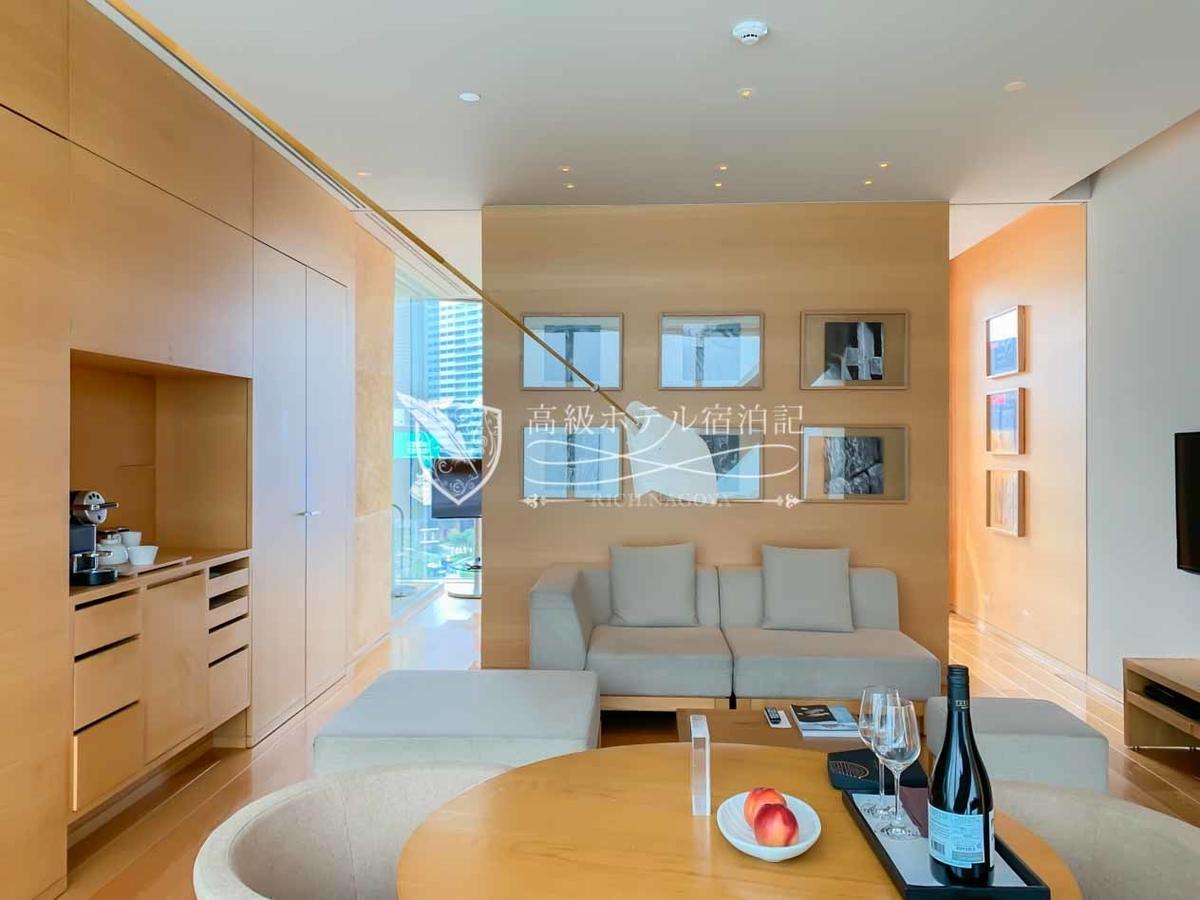 パークスイートキングはリビングとベッドルームが分かれた客室。リビングルームにはリビングセットとダイニングテーブルがそれぞれ置かれている。ベッドルームとの間に扉はない。