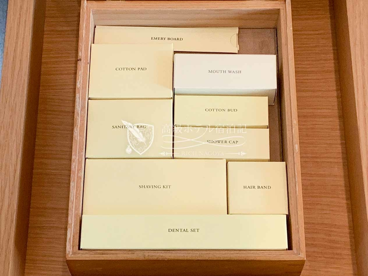 パークハイアットソウル:バスルームの備品は木箱の中にまとめて用意。韓国では法令の理由から歯ブラシが置いてないホテルが多いが最初から用意されてありました。さすがパークハイアット!