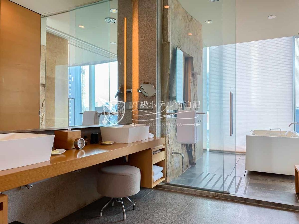 パークハイアットソウル:ウェットエリアは、ダブルシンクと御影石を使用したバスルーム。広々としていて洗い場が付いているのも嬉しい。