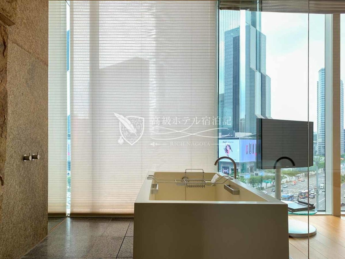 パークハイアットソウル:浴槽は長さ・幅・深さともに十分の広さで、足を伸ばしてゆったり浸かれる。湯ぶねが貯まるまでに少々時間を要する。窓ガラスはプライバシー加工が実装されておらず外から丸見え、入浴時はブラインドを下ろそう。