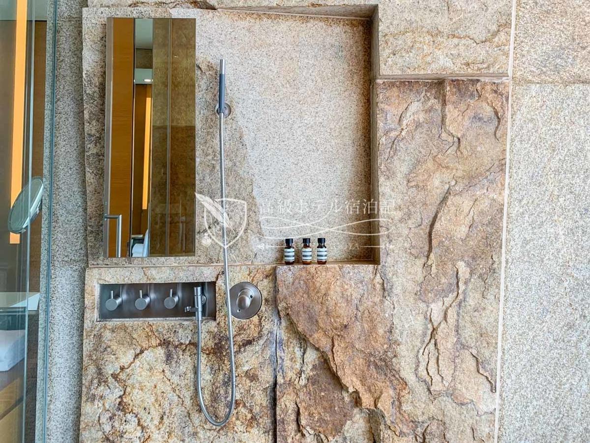 パークハイアットソウル:御影石を使った独特のデザイン。シャワーはレインとハンドの2種類があり、同時に使用できる。水勢はやや弱め。