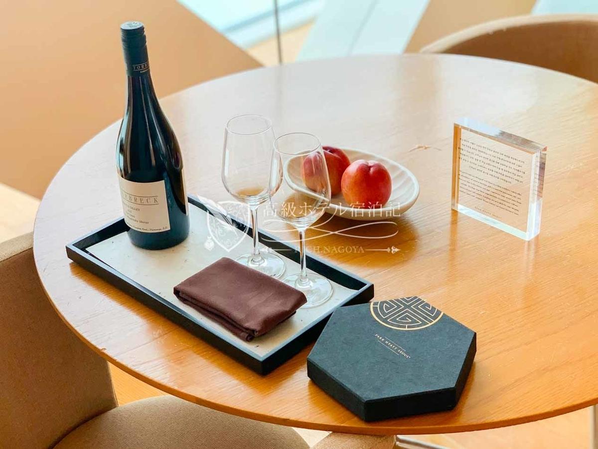 パークハイアットソウル:ウェルカムギフトは、ワイン、チョコレート、フルーツ。お酒が飲めないことを伝えるとすぐにソフトドリンクを運んでくれました。