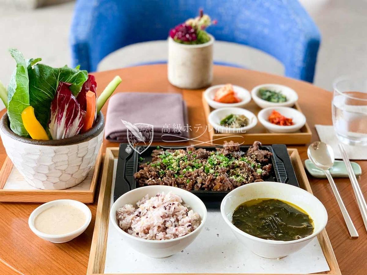 パークハイアットソウル:ランチで食べたプルコギセット(36,000ウォン/税込)。カフェラテとあわせて合計54,000ウォン(約5,000円)のランチは相場と比べてかなり高いけど、大満足のお味。