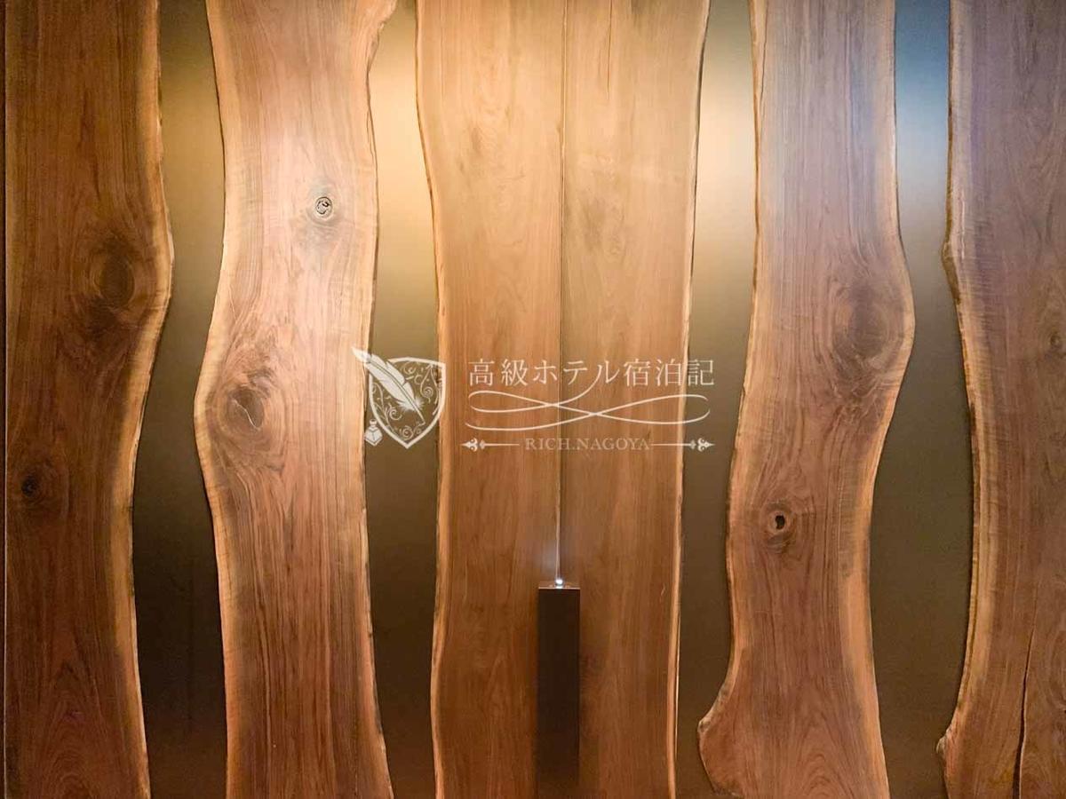 パークハイアットソウル:ザ・ティンバーハウス 壁と一体化した木目のドアに気付かず、ずっと入口を探してました(笑)。手前にあるボタンを押すと扉が開く。