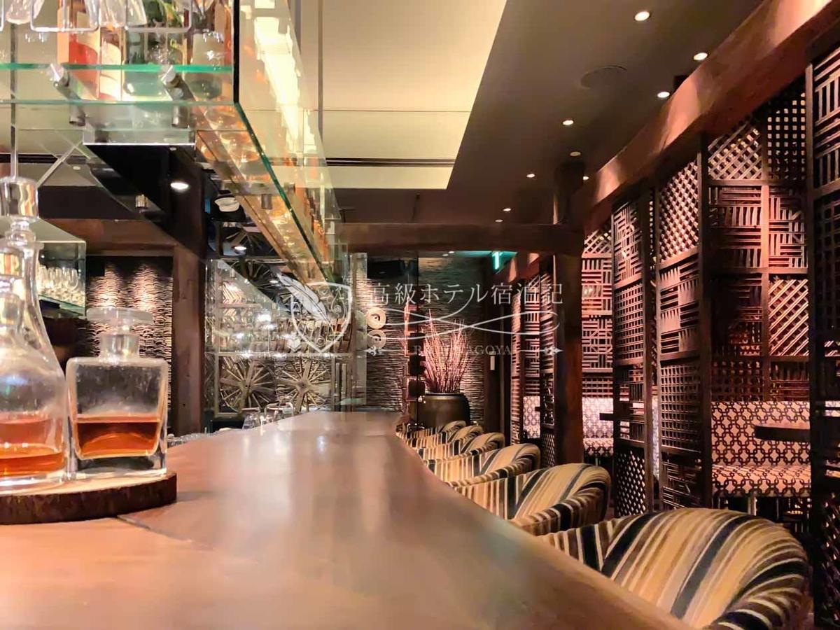 パークハイアットソウル:ザ・ティンバーハウス 入口付近のコの字型バーカウンター。日本酒を含む各種ドリンクを取り揃えている。