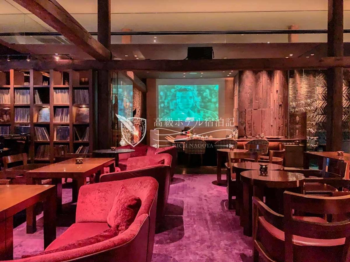 パークハイアットソウル:ザ・ティンバーハウス ソファスペースもシックなインテリア。反対側にはシェフが日本料理を振る舞うカウンタースペースもある。