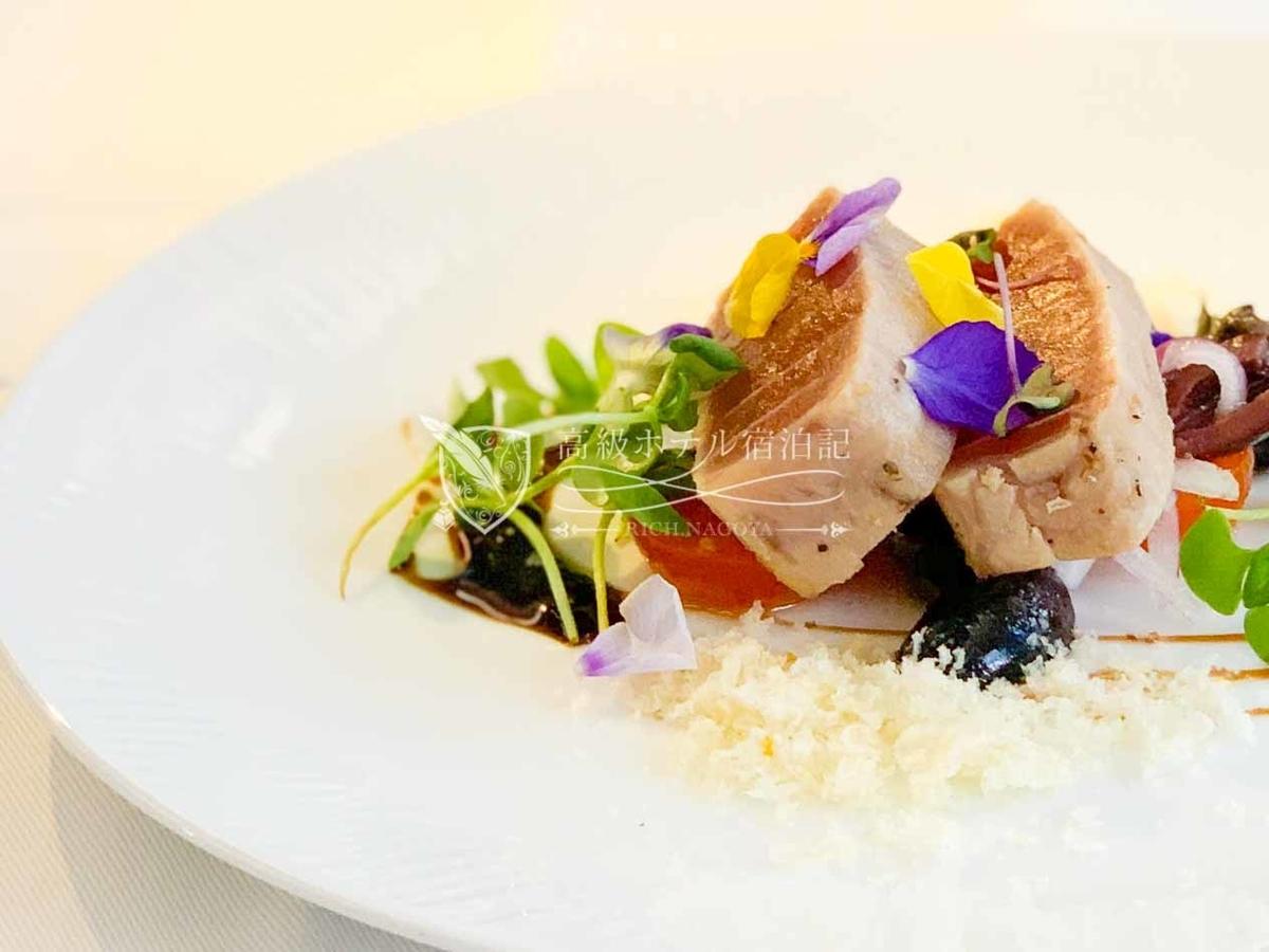 洋食アペタイザー:ハワイ産マグロのタタキ、パンと黒オリーブ、玉ねぎのサラダ仕立て
