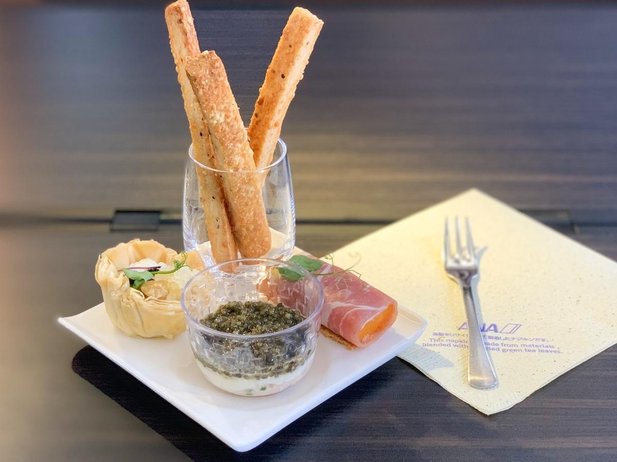 洋食アミューズ:リコッタチーズ、ハチの巣、トリュフ、クルミのタルト 生ハムとパパイヤのロール、ヤギのチーズ、カラマンシのピューレを添えて カニ、キャビア、サワークリームの3層仕立て チーズペッパーバー