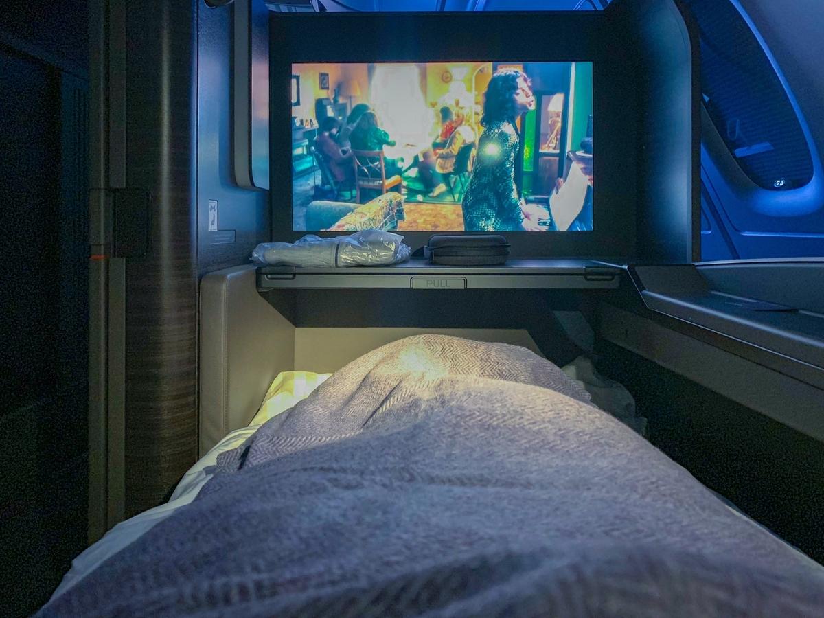 フルフラットの状態で機内エンターテイメントで映画ボヘミアン・ラプソディを鑑賞(2回観た)
