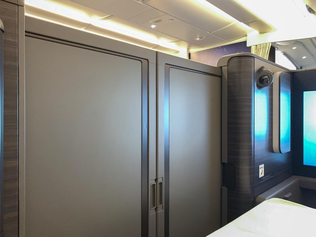 座席の扉を閉めることで乗客同士が着席した状態で目が合うことはなく、ある程度のプライバシーは確保できる。
