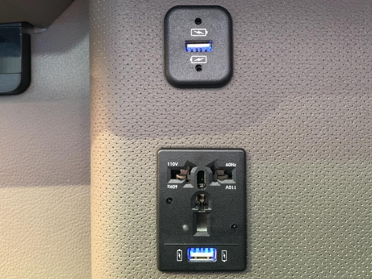 ユニバーサルタイプの電源プラグ&USBポート。日本の製品はもちろんそのまま挿入できる。