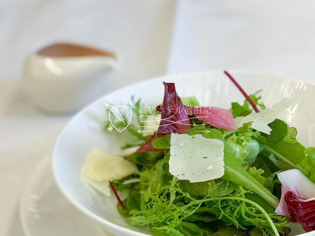 着陸前に注文したガーデンサラダ。野菜の鮮度がよくドレッシングの「人参と伊予柑」も美味しくて満足。