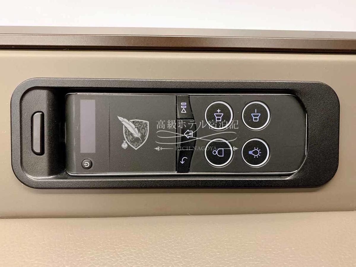 エンターテイメントのコントローラー。タッチパネルでの操作はコツが必要。