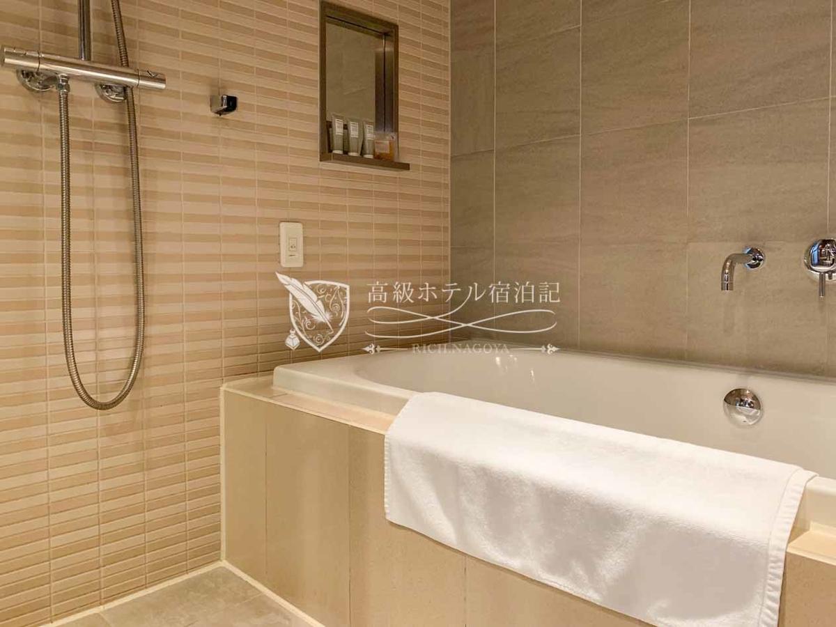 コーナーダブルクイーン(307号室/44.5㎡):洗い場&バスタブ付きの浴室。バスタブは日本式で広さ・深さともに十分。水勢も良好。