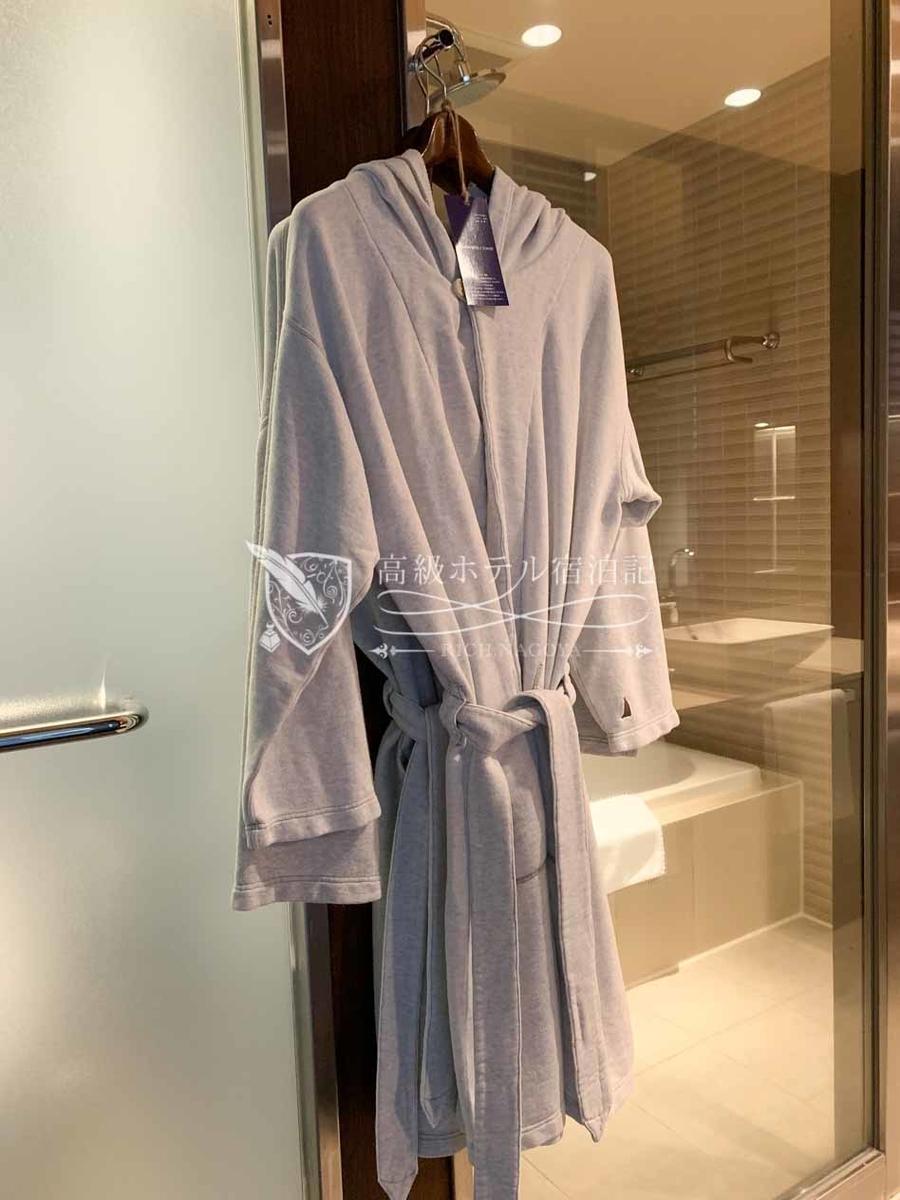 フードの付いたお洒落なバスローブを着たまま屋外テラス「ザ スパジャグジー」へのアクセスもOK。