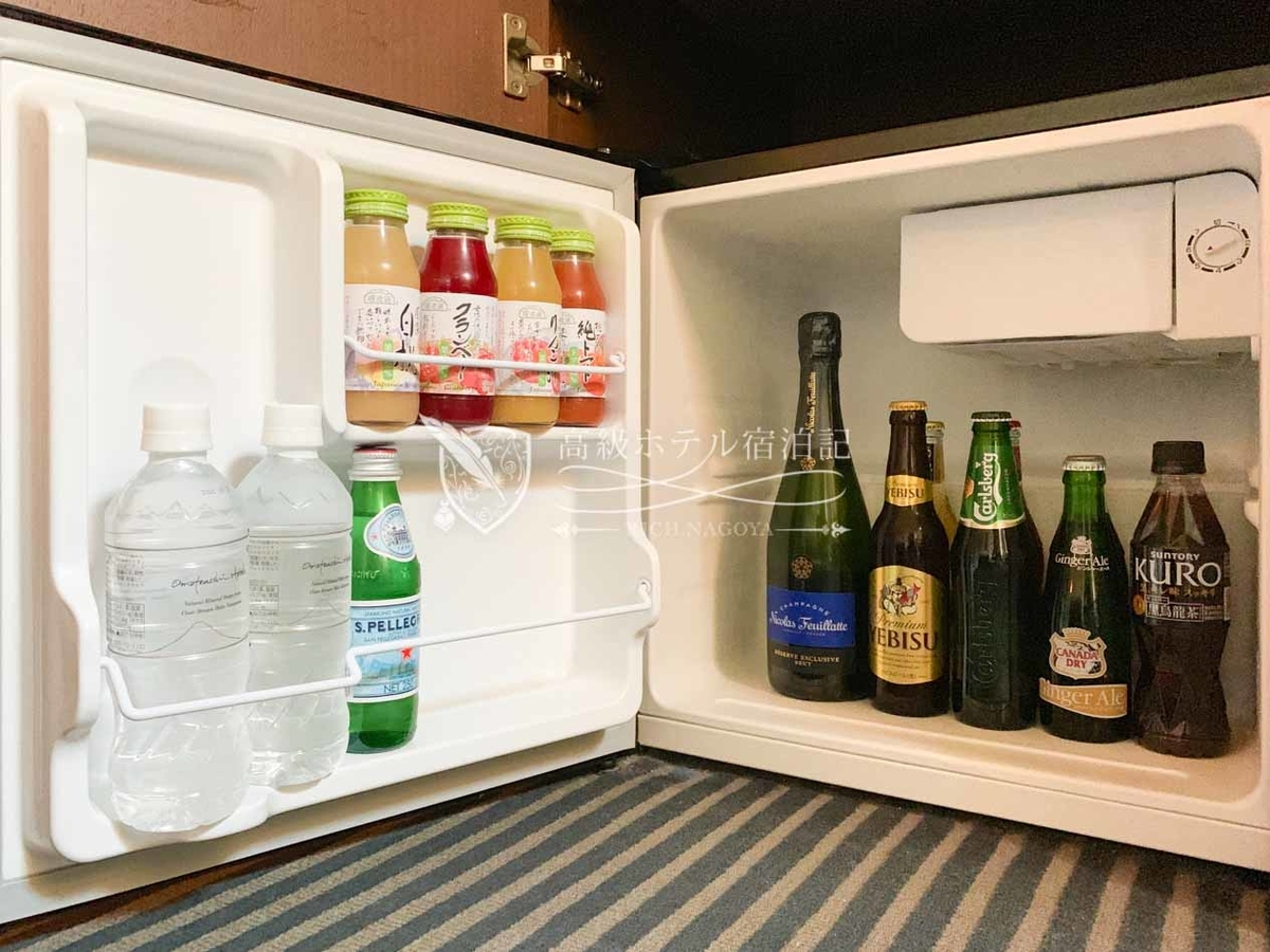 冷蔵庫の中のドリンクはすべて無料。シャンパンは一休ダイヤモンド会員特典でハーフボトルからフルボトルへアップグレード(残念ながらお酒は飲めないが)。