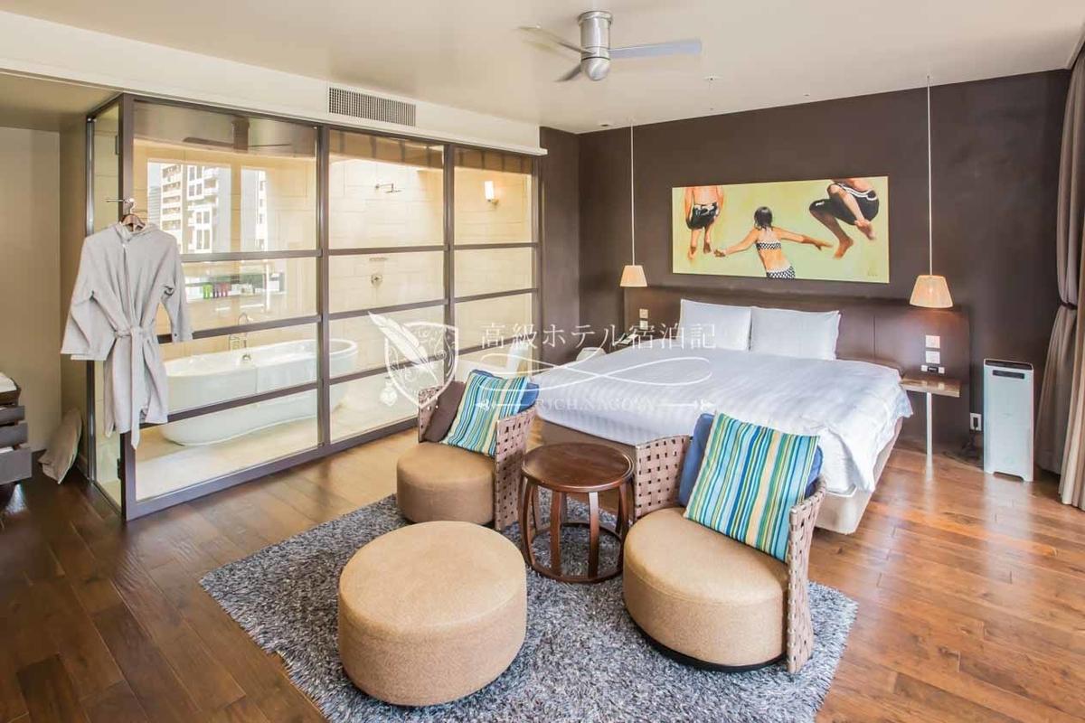 ダブルスイート(61.0㎡):最上階(4階)にある最も広い客室。客室の窓面積が広く、バスルームにも天窓が設置されているため採光が良く、明るい室内。テラスからはロビーフロアのプールなど館内の様子が一望できる。